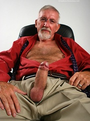 Old man Jon Moore jerking off his dick, Added: 2011-09-06 by Hot Older Male