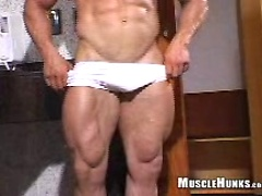 Bodybuilder Mike jerking off dick, Added: 2011-11-12 by Muscle Hunks